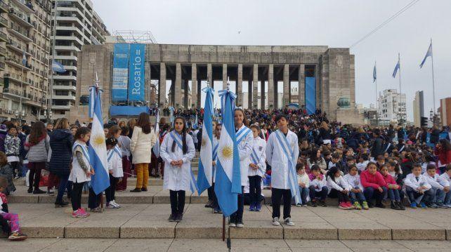Miles de chicos en la promesa de lealtad a la bandera.