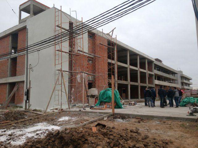 Los trabajadores de la construcción cayeron desde una altura no menor a los cinco metros.