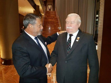 visitante. El polaco Lech Walesa ya está en Rosario y fue recibido por Whpei.