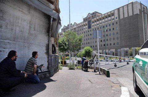 Tenso operativo. Fuerzas iraníes se mantienen alerta tras el asalto y toma de rehenes en el Parlamento.