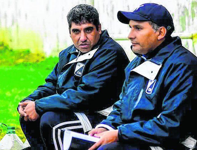 En la mira. El DT (de frente) Hugo Morales y su ayudante Marcelo Zerrizuela (gorra) piensan el equipo.