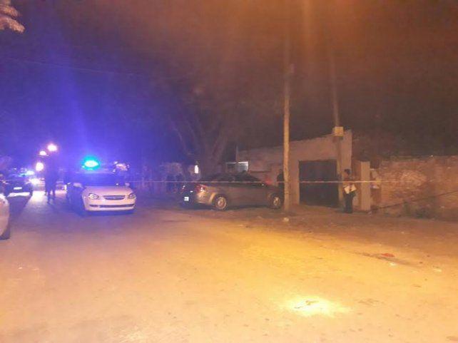 La policía trabaja en el lugar donde se produjo el asesinato.