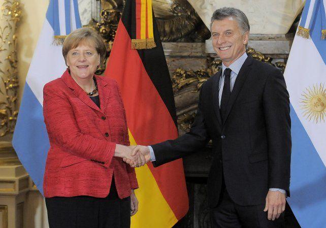 La canciller alemana Angela Merkel saluda al presidente Mauricio Macri en Casa de Gobierno.