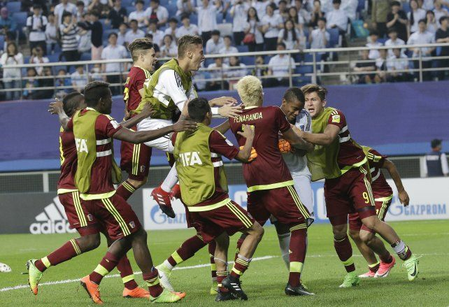 Los jugadores de Venezuela celebran la impensada clasificación a la final del torneo mundial Sub 20.