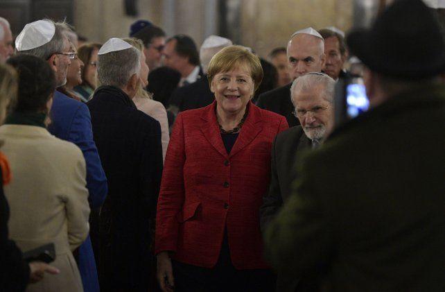 Merkel camina junto al rabino Simon Moguilevsky durante su vista al Templo de la calle Libertad.