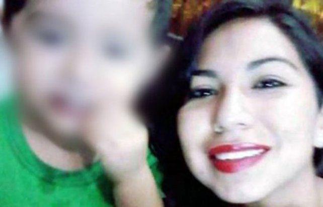 La mujer y su hijo fallecieron luego de ingerir cianuro de una botella de agua.