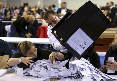 a contar. Los votos se vuelcan para ser contados en las mesas dentro del Emirates Arena de Glasgow.