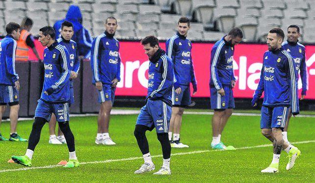 Titulares en el estadio. Messi está en el centro de la escena