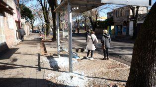 Vidrios rotos. Ayer a la mañana la parada de colectivos donde ocurrió el crimen estaba destrozada por los balazos.