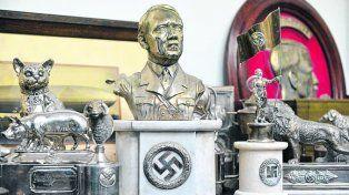 alemania nazi. Un busto de Hitler y otros clásicos del Tercer Reich.