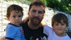 Herencia en brazos. Messi llegó a Barcelona y se reencontró con su mujer y sus hijos Thiago y Mateo.