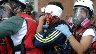 Represión. Traslado de un herido por la policía en Caracas.