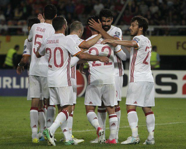 Festejo. Todo el equipo español celebra el segundo de David Costa