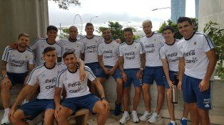 Todos juntos. Algunos de los jugadores de la selección nacional, la mayoría nuevos en el plantel argentino, posan durante un momento de relax en Singapur.