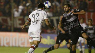 De cabeza. Nacho recibió un preciso centro de Valenzuela y marcó casi en la línea.