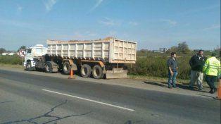 El camión quedó a la vera de la autopista.