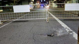 El hundimiento de la calzada provocó el cierre de la calle.