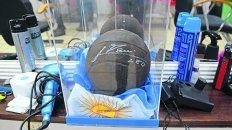 trofeo. Una pelota autografiada por Leo, en el mostrador de la peluquería.