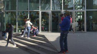 atestada. La guardia del Hospital de Niños Víctor J. Vilela estaba ayer colmada y algunos esperaban afuera. La demora en la atención es de hasta 4 horas.