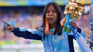 Yanina Martínez exhibe su medalla de oro tras ganar la prueba de los 100 metros llanos en los Juegos Paralímpicos de 2016.