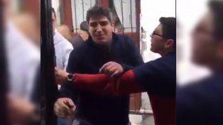Brutal pelea entre un colectivero y un remisero en plena calle por un choque