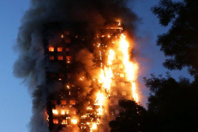 Pavoroso. El fuego devastó anteanoche la Grenfell Tower