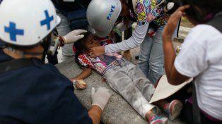 Mano dura. Una niña afectada por los gases de la policía es asistida en las calles de Caracas.