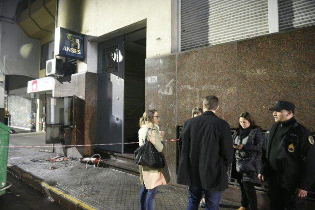 El ingreso al edificio por calle Rioja