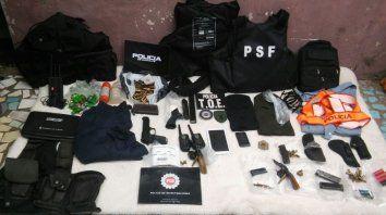 En cuatro allanamientos, la policía secuestro armas, uniformes, chalecos y municiones.