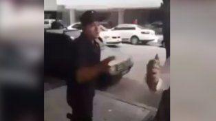 Un policía se peleó con un trapito porque no quería que le cobre a los conductores