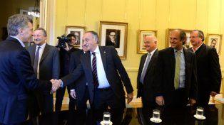 coincidencia. El presidente de la UIA se inclina para saludar al presidente durante su visita a la Rosada.