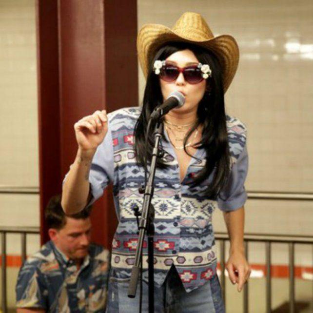 Miley Cyrus sorprendió al cantar disfrazada en un show callejero en el subte de Nueva York