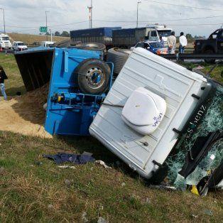 Uno de los camiones volcó sobre la banquina y derramo la carga de arena.