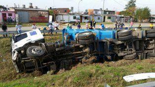 Chocaron dos camiones en Circunvalación, uno de ellos volcó y vecinos robaron mercadería