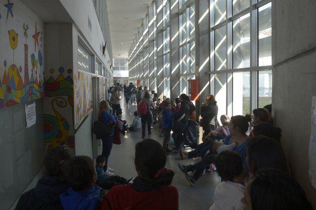 La guardia del Hospital de Niños Víctor J. Vilela no da abasto y mucha gente aguarda ser atendida ante los primeros días de frío.