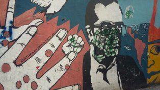El mural se encuentra lindero al Sindicato de Prensa de Rosario.