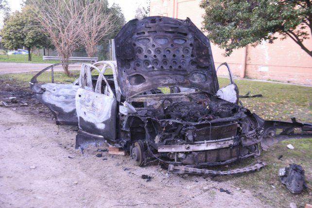 Quemado. El auto de un empresario asaltado por Udi en julio de 2016.