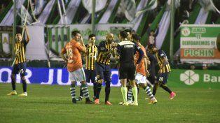 Roja directa. Pinola trata de convencer al árbitro Herrera de que no golpeó a Sarmiento. Ya era tarde.