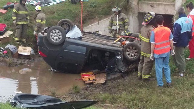 El automóvil terminó cayendo al zanjón de una alcantarilla