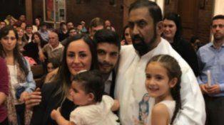 La alegría de Ever Banega y su mujer tras bautizar a sus hijas con el Padre Ignacio