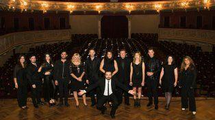 Solistas rosarinos cantarán mañana junto a la orquesta sinfónica dirigidos por Nelson Coccalotto (abajo).