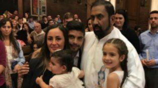 Con fe. El padre Ignacio abraza al volante y a las niñas tras la ceremonia religiosa.