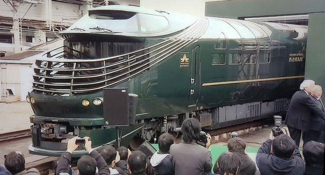 Al Mizukaze lo saludaron cientos de japoneses embelesados.