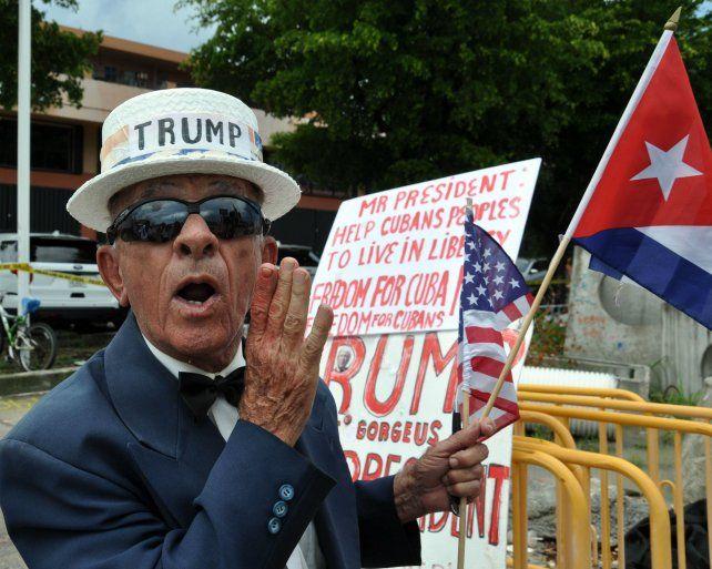 Firmeza. Un miembro de la diáspora en Miami reclama a Trump medidas de apoyo para el pueblo cubano.