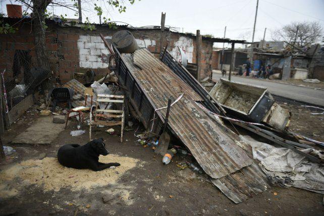 Un perro no se movía del montículo de arena que pusieron donde cayó muerto Santos Díaz.