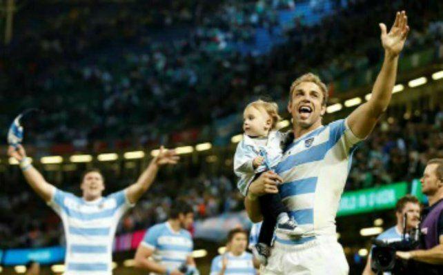 Feliz Día. El Puma con su hijo en brazos. Se llama Vicente como él y su abuelo paterno.