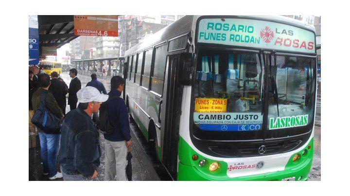 Cash. Los pasajeros del transporte interurbano pagan el boleto en las unidades