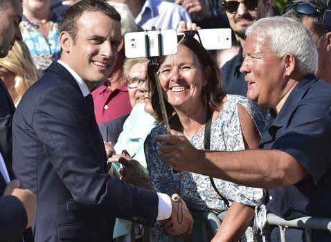 domingo feliz. Macron se saca una selfie en Le Touquet