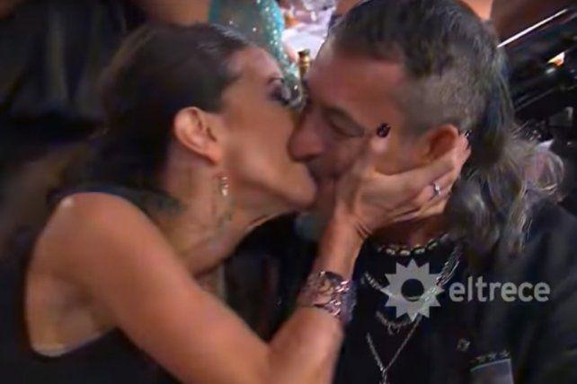 Enamorada. Rincón se fundió en un beso con el Mono de Kapanga tras obtener el premio.