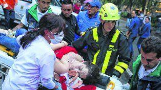 víctimas. Evacuación de una herida del shopping Andino. La bomba se puso en el baño de mujeres.